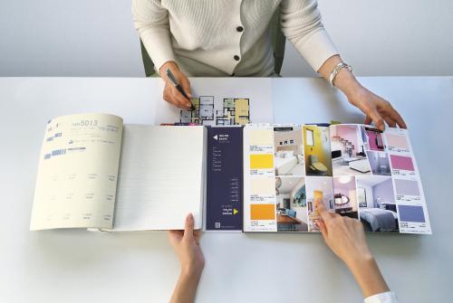 「ホワイトベーシック」から素材感の良いベース壁紙を見ながら、「アクセント壁紙」からデザイン壁紙を選べる